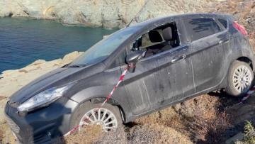 Φολέγανδρος: Συγκλονιστικές εικόνες από το αυτοκίνητο που έριξε στα βράχια ο 30χρονος που σκότωσε τη Γαρυφαλλιά - Βίντεο