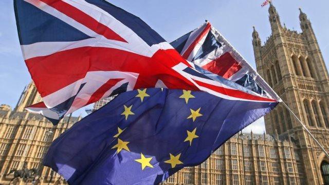 Βελτιωμένες επιδόσεις στη βρετανική οικονομία καταγράφει η Fitch παρά το Brexit
