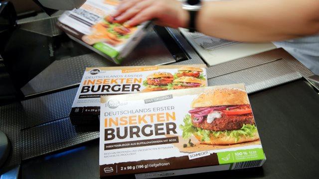 Σούπερ μάρκετ στη Γερμανία πουλάει μπέργκερ από... σκουλήκια!