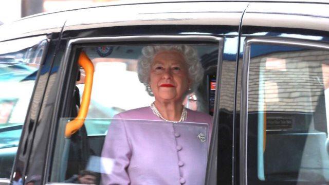 Βασιλική... φάρσα:  Κέρινη Ελισάβετ κλέβει την παράσταση έξω από την κλινική που γέννησε η Κέιτ