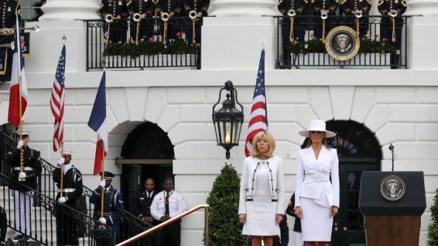 Η άβολη στιγμή της Μπριζίτ και της Μελάνια- Ντύθηκαν και οι δύο στα λευκά
