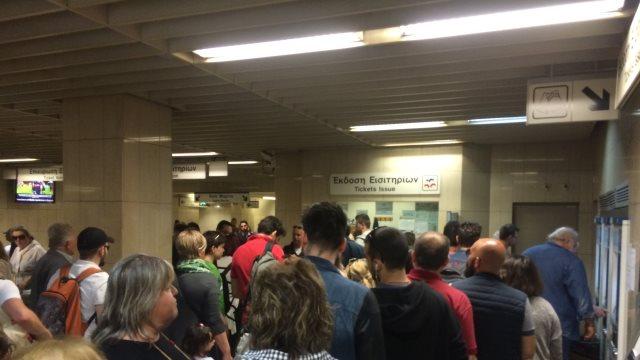 Ουρές στο μετρό Αμπελοκήπων: Έκλεισαν οι μπάρες και έτρεχαν να βγάλουν εισιτήριο