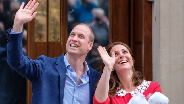 Η Βρετανία γιορτάζει τη γέννηση του νέου πρίγκιπα - Ποιο θα είναι το όνομά του;
