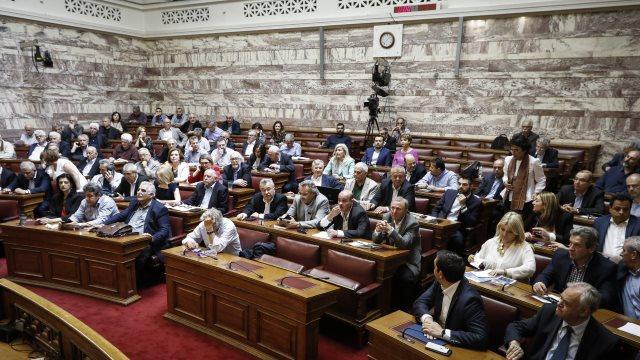 Έκτακτη συνεδρίαση σήμερα στον ΣΥΡΙΖΑ για τους 10 που αντιδρούν στην αναδοχή από ομόφυλα ζευγάρια