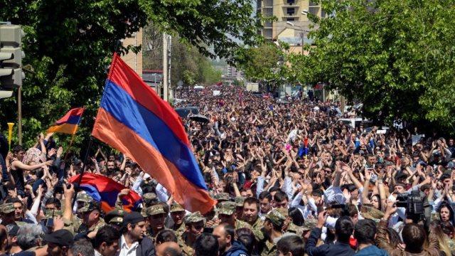 Αρμενία: Ο υπηρεσιακός πρωθυπουργός πρότεινε εκλογές - Η αστυνομία στο Ερεβάν για τις διαδηλώσεις
