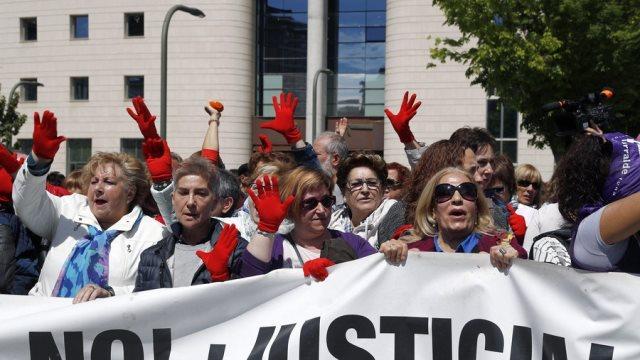 Ισπανία: Χιλιάδες διαδηλωτές στους δρόμους μετά την αθώωση πέντε ανδρών για τον ομαδικό βιασμό μιας έφηβης