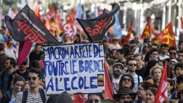Παραλύει η Γαλλία: Στους δρόμους φοιτητές, ελεγκτές εναέριες κυκλοφορίας και σιδηροδρομικοί