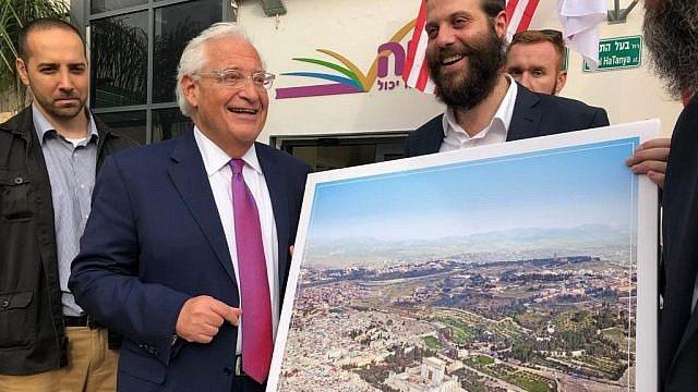 Σάλος: Ο πρέσβης των ΗΠΑ κρατά φωτογραφία της Ανατολικής Ιερουσαλήμ από την οποία σβήστηκε κάθε τι μουσουλμανικό
