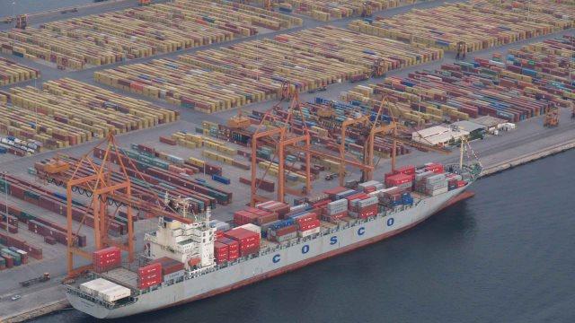 SZ: Η Κίνα επενδύει στο διχασμό της ΕΕ- Ο ρόλος του λιμανιού του Πειραιά