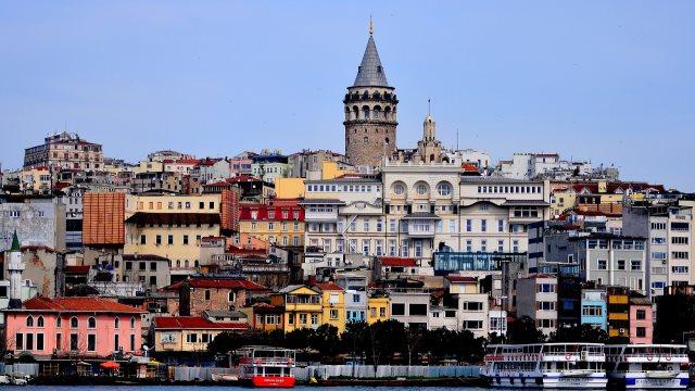 Τουρκία: Η λίρα κατακρημνίζεται και ο τουρισμός σημειώνει ρεκόρ διετίας