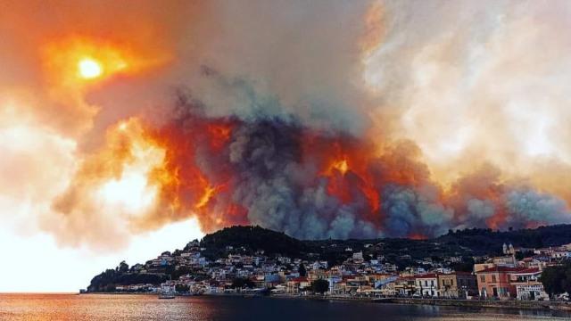 Μεγάλες φωτιές σε Μάνη, Μεσσηνία και Εύβοια: Απομακρύνθηκαν κάτοικοι - Μάχη  με τις αναζωπυρώσεις