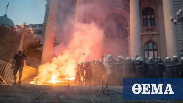 Σερβία: Μετά τα επεισόδια στους δρόμους η κυβέρνηση απαγορεύει τις συγκεντρώσεις