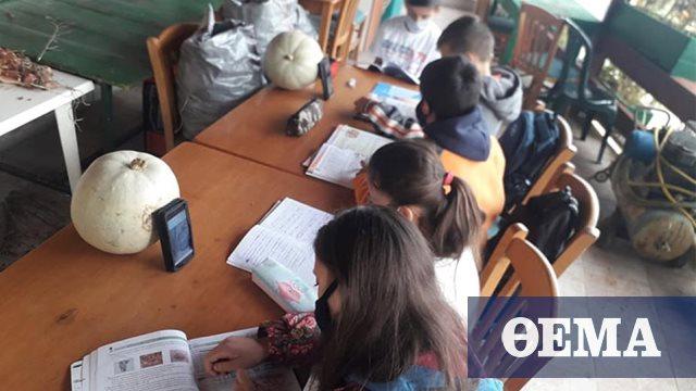 Στημένη από τον κοινοτάρχη και ιδιοκτήτη του καφενείου η φωτογραφία με τους μαθητές