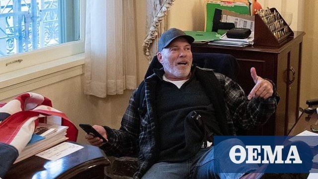 Συνελήφθη ο 60χρονος που «φωτογραφήθηκε» με τα πόδια πάνω στο γραφείο της Πελόζι