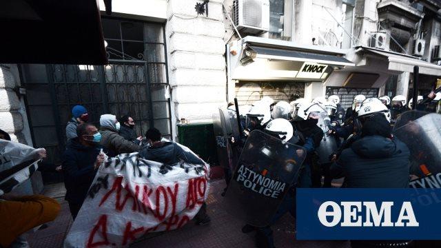 Μικροεπεισόδια στην Πανεπιστημίου μεταξύ αστυνομικών και συγκεντρωμένων για τον Δημήτρη Κουφοντίνα