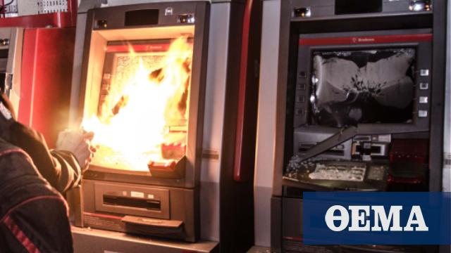 Άγνωστοι έβαλαν φωτιά και κατέστρεψαν δύο ATM