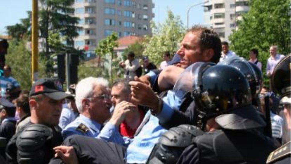 Συγκρούσεις διαδηλωτών με την αστυνομία στα Τίρανα
