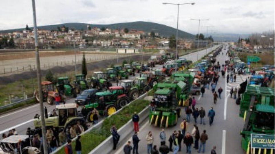 Συνεχίζουν τις κινητοποιήσεις οι αγρότες στη Λάρισα