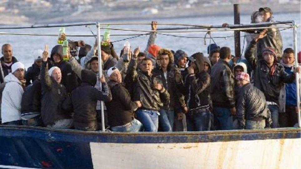 Πλοιάριο με λαθρομετανάστες βόρεια των Χανίων