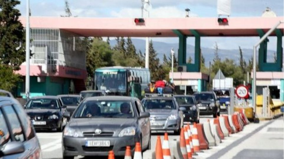 Employees raising the toll bars at Rio