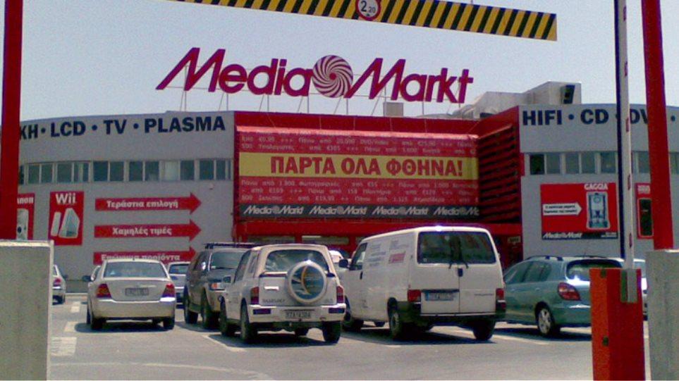 Κλείνει μαγαζιά και διώχνει κόσμο η Media Markt