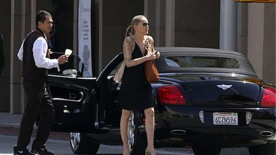 Sharon Stone: Μία... ταπεινή βόλτα με την Bentley της