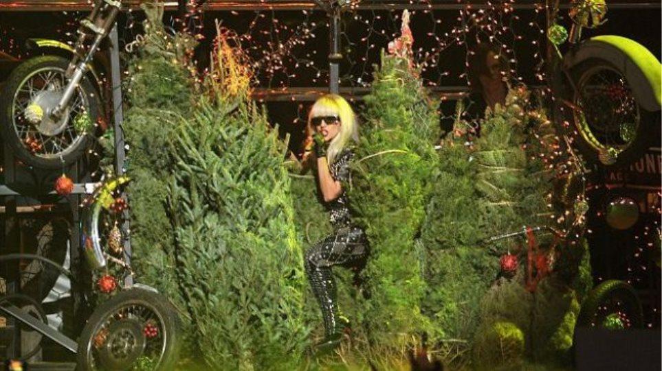 Στο πνεύμα των Χριστουγέννων η Lady Gaga