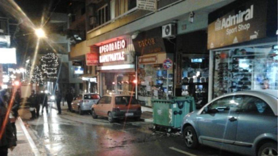 Έβαλαν φωτιά σε κάδους στο κέντρο της Λαμίας
