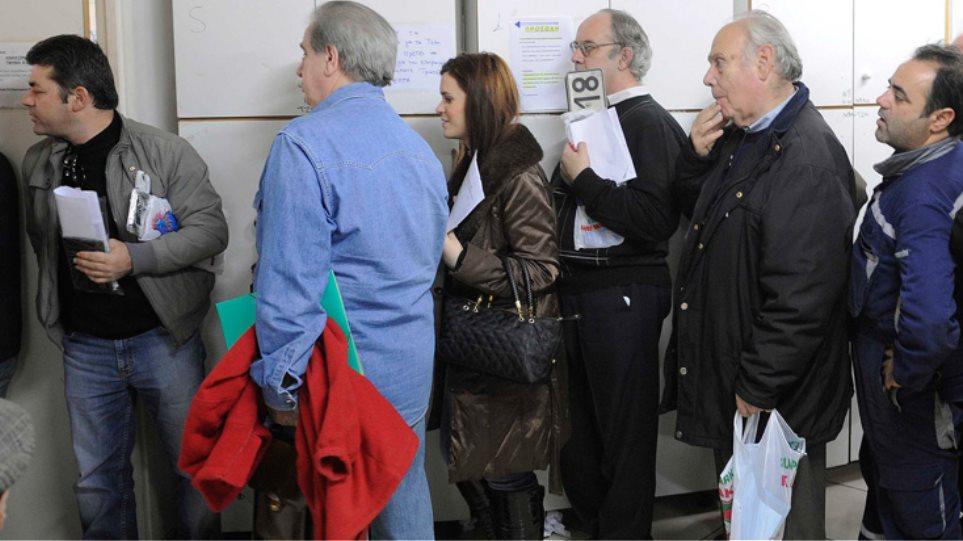 Χιλιάδες Έλληνες καταθέτουν τις πινακίδες των ΙΧ τους