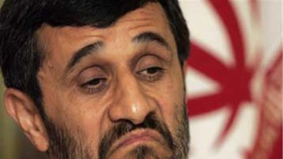 """""""Επίθεση"""" με παπούτσι δέχτηκε ο Αχμαντινετζάντ"""