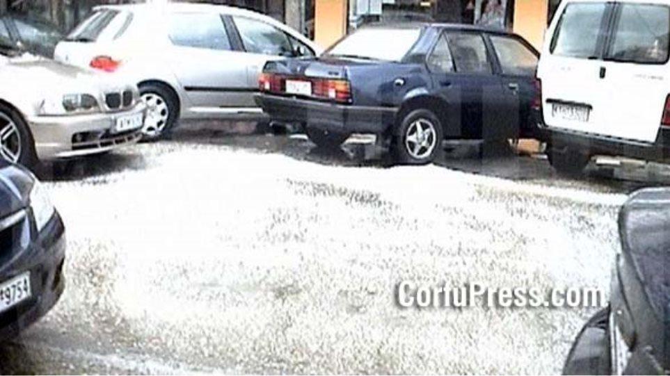 """""""Άσπρισε"""" η Κέρκυρα λόγω σφοδρής χαλαζόπτωσης"""