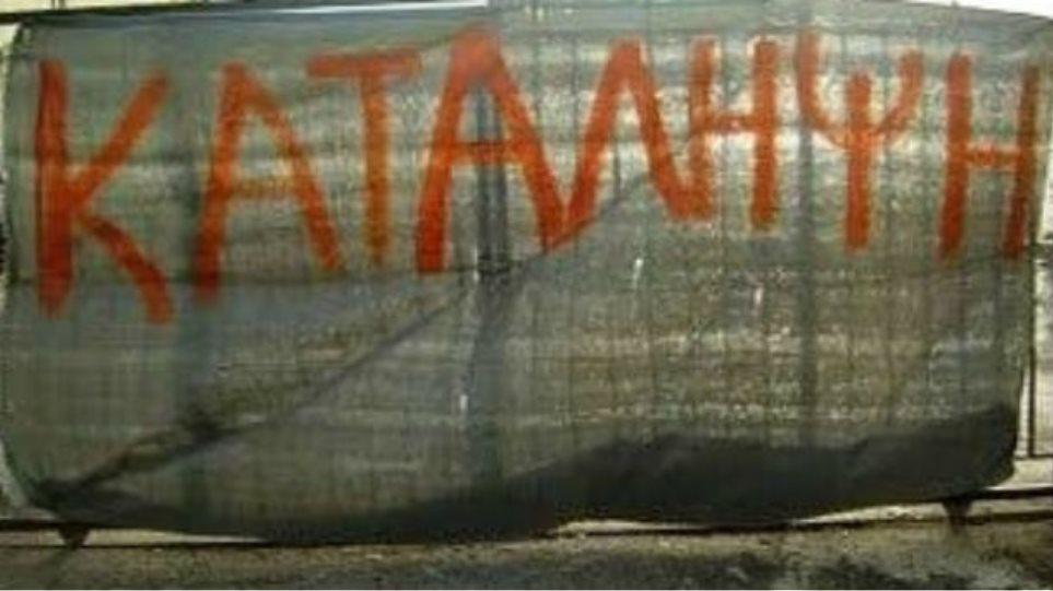 Κατάληψη στο δημαρχείο Θεσσαλονίκης από συμβασιούχους