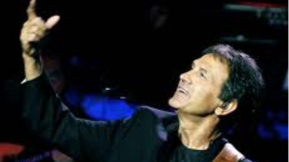 Ο Νταλάρας τραγουδά στις γειτονιές της Αθήνας