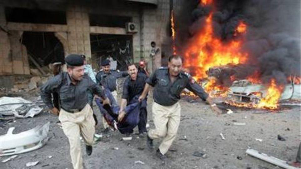 Λουτρό αίματος από έκρηξη στο Πακιστάν