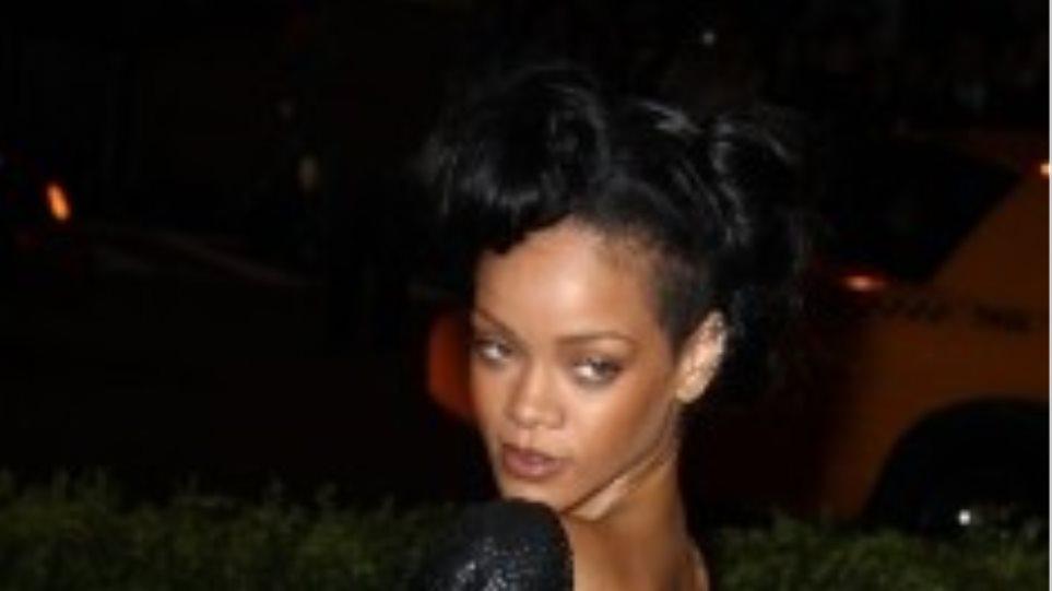 Τα ποτά και τα ξενύχτια έστειλαν στο νοσοκομείο την Rihanna