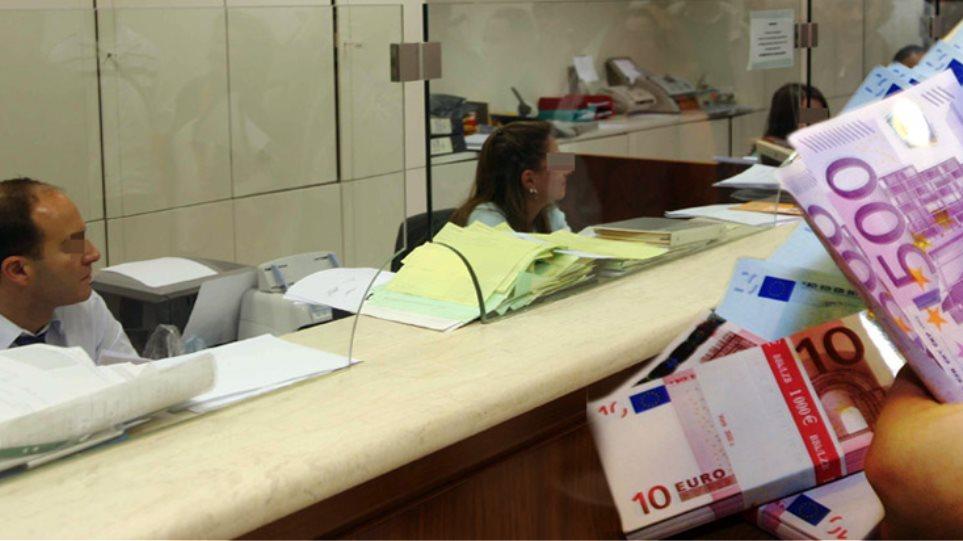 Καταθέσεις Ελλήνων στις τράπεζες: Ούτε για… τσιγάρα δεν έμειναν