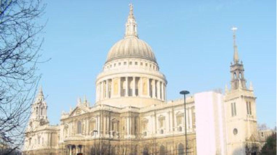 """Οι """"αγανακτισμένοι"""" του Λονδίνου διαδηλώνουν στον Αγιο Παύλο"""