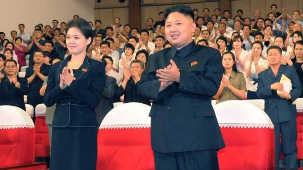 Ποια είναι η μυστηριώδης γυναίκα στο πλευρό του Κιμ Γιονγκ-ουν;