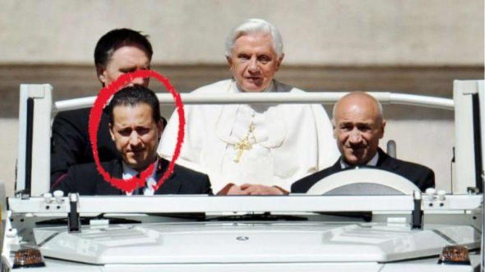 Υπό κράτηση παραμένει ο οικονόμος του Πάπα