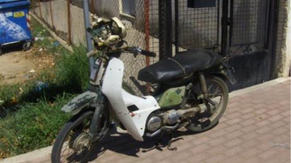 Μηχανάκι έπεσε πάνω σε σπίτι στο κέντρο της Γαστούνης