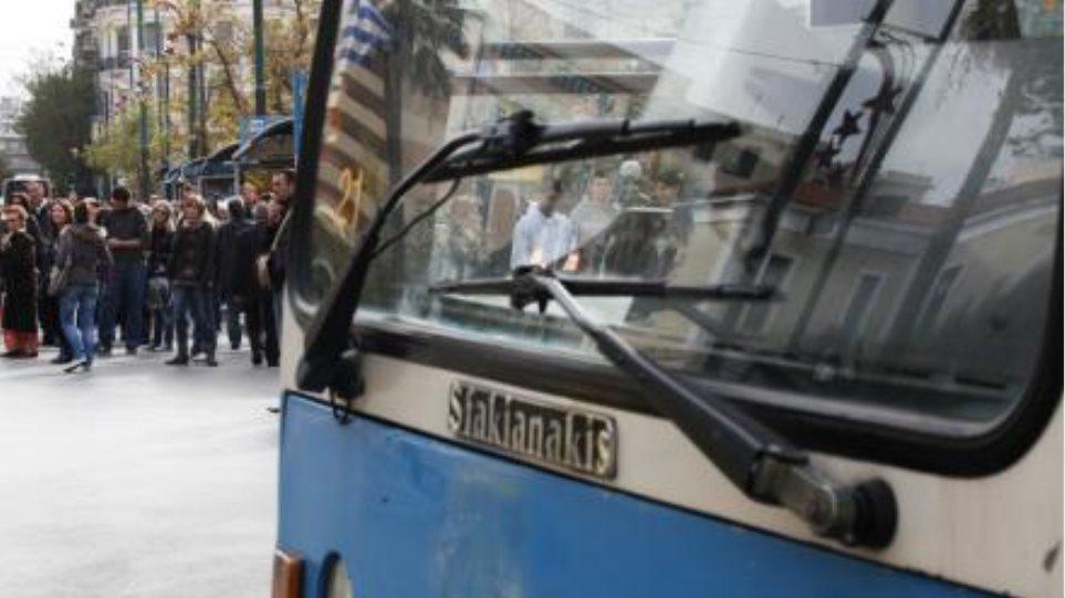 Νεαρός Σομαλός στις ρόδες λεωφορείου εκλιπαρούσε για φαγητό!