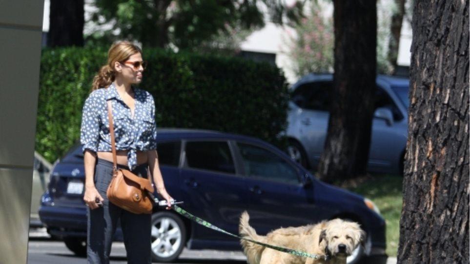 H Eva Mendes βγάζει βόλτα το σκύλο του Ryan Gosling