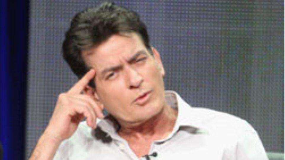 O Charlie Sheen κλείνει τα 47