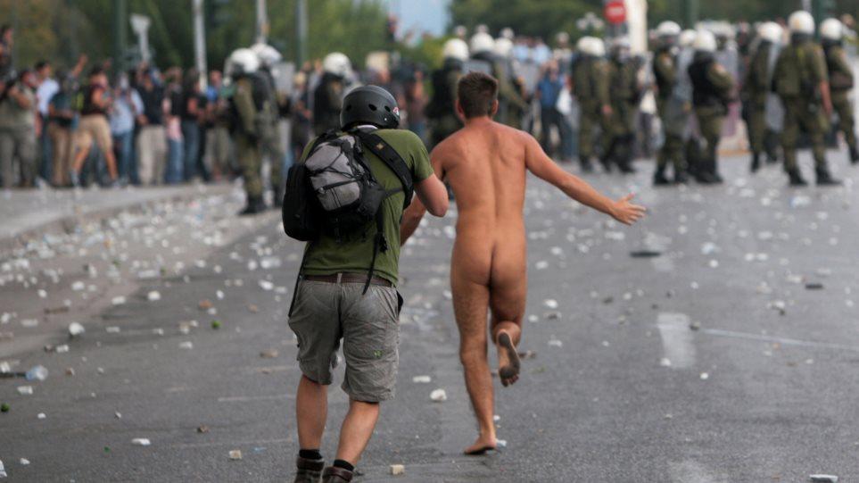 Άγγλος ο γυμνός διαδηλωτής του Συντάγματος