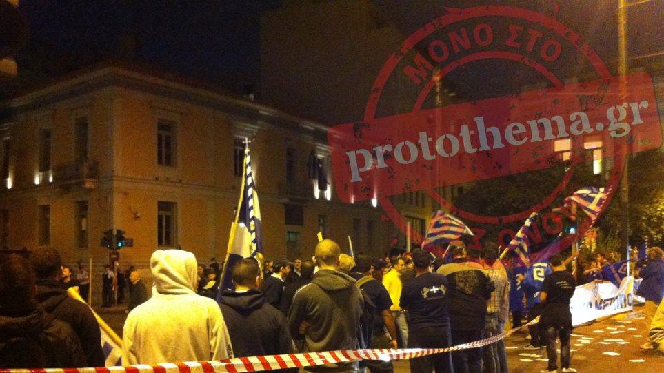 Έκαψαν την τουρκική σημαία στο κέντρο της Αθήνας