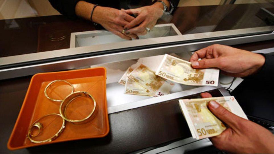 Πουλάνε χρυσαφικά για να πληρώσουν φόρους και χαράτσια