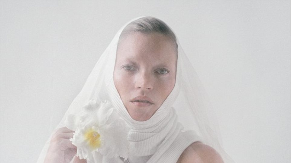 Η Kate Moss φοράει μόνο ένα πέπλο