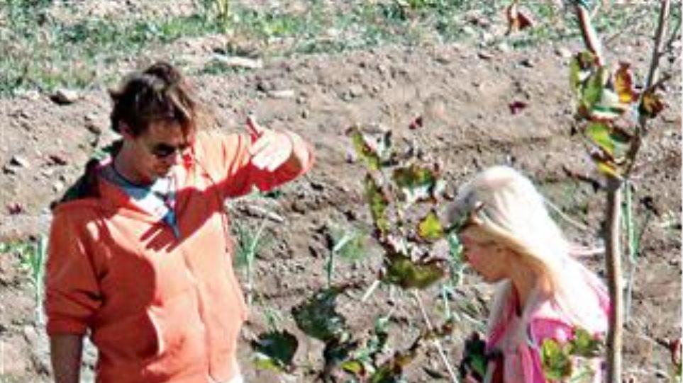 Η Ελένη Μενεγάκη σε ρόλο αγρότισσας