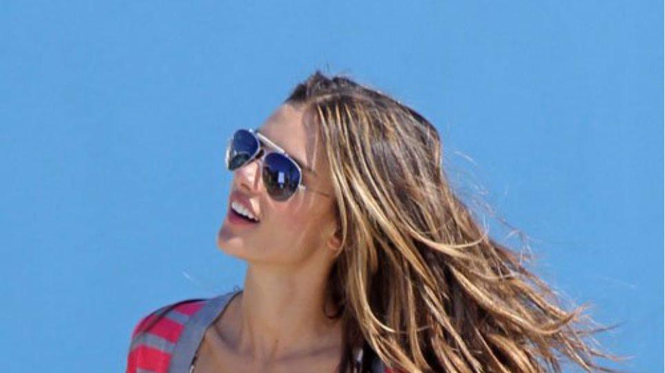 Alessandra Ambrosio: Πόζες στην παραλία