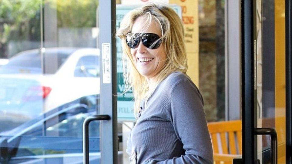 H Sharon Stone... με τσάντα Obama!